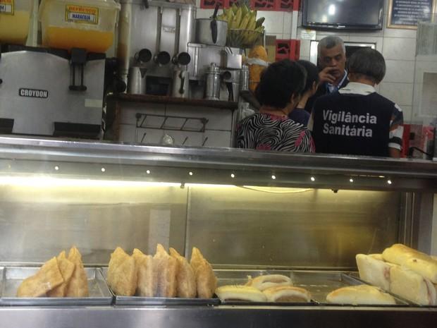 Pastelaria na Zona Sul foi fechada pela vigilância sanitária (Foto: Gabriel Barreira/ G1)