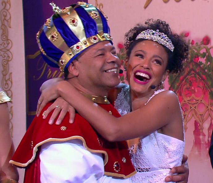 Ainda emocionada, Sheron Menezzes cai na gargalhada no palco do 'Tamanho Família' (Foto: TV Globo)