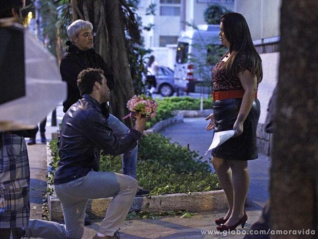 Ensaio do momento em que Daniel a pede em casamento de joelhos  (Foto: Amor à Vida/TV Globo)