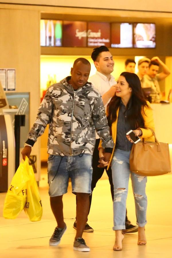 Thiaguinho e Fernanda Souza vão ao cinema no Rio de Janeiro