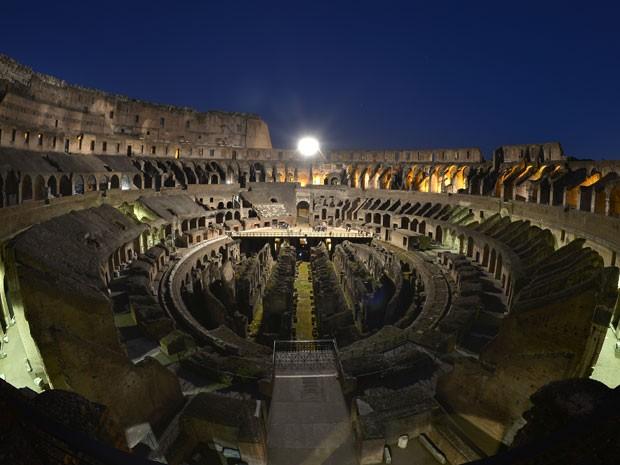 O anfiteatro Coliseu em passeio guiado à noite (Foto: Gabriel Bouys/AFP Photo)