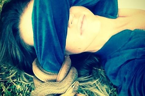 Juliana Didone e a cobra 'acessório' (Foto: Arquivo pessoal)