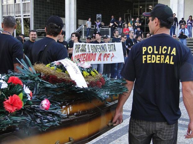 Policiais federais em greve fizeram enterro simbólico na Assembleia Legislativa (Foto: Humberto Trajano)