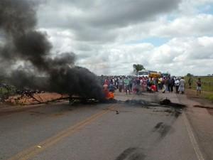 Integrantes do MST bloqueiam rodovia estadual na cidade de Mari (Foto: Volney Andrade/TV Cabo Branco)