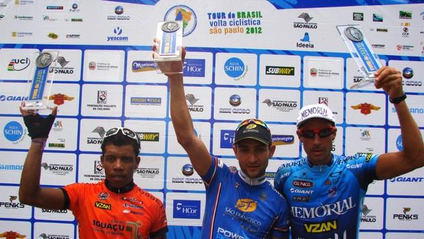 Os ciclistas Renato Aparecido (esquerda), Cristian Egídio (centro) e Luiz Alberto Miranda (direita) com os troféus da quinta etapa da Volta Ciclística de São Paulo (Foto: Filipe Rodrigues/Globoesporte.com)