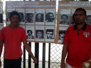 Antônio Quirino, à esquerda, montou um mural com fotos de pessoas assassidas na ditadura. (Foto: Andre Teixeira/G1)