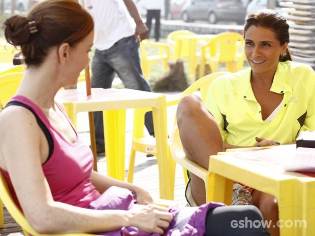 Em cena, Julia e Giovanna conversam (Foto: Inácio Moraes/ TV Globo)