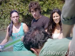 Com a substância em mãos, Celina ameaça explodir tudo! (Foto: Além do Horizonte / TV Globo)