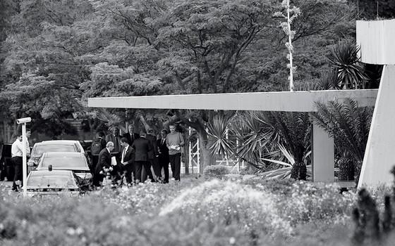 Movimentação na porta do Palácio do Jaburu  em Brasília (Foto: ANDRESSA ANHOLETE/AFP)