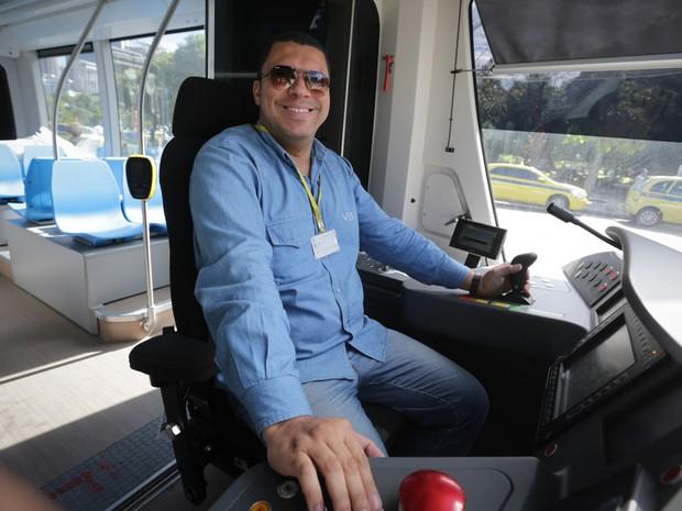 Elivelton Alves é um dos 28 condutores do VLT (Foto: Rodrigo Gorosito/G1)
