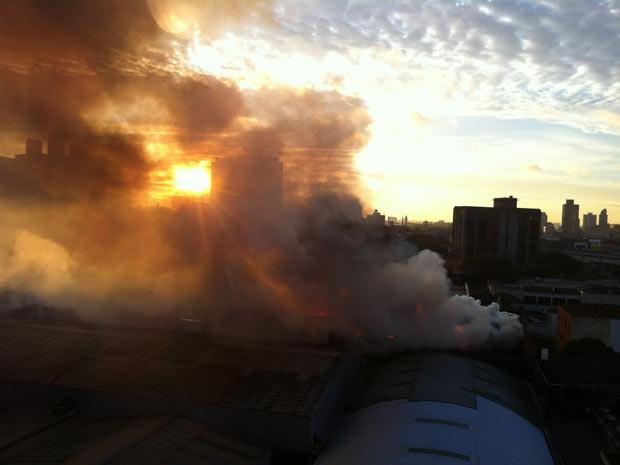 Incêndio em fábrica de tecidos (Foto: Allan Ricardo Felipe/VC no G1)