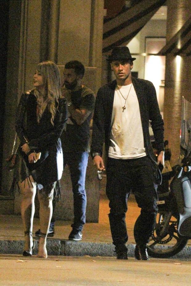 Neymar passeia acompanhado (Foto: Grosby)