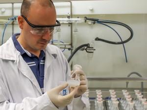 Mateus Cardoso, pesquisador do LNLS, trabalha na síntese das nanopartículas de sílica, ainda sem curcumina  (Foto: Laboratório Nacional de Luz Síncrotron)