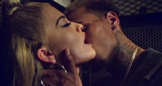 Clima esquenta entre Rita Ora e Chris Brown em novo clipe. Assista!