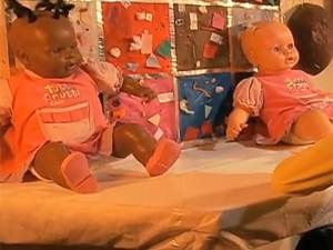 Alunos mostraram suas percepções quando colocados de frente à bonecas (Foto: Reprodução/RBS TV)
