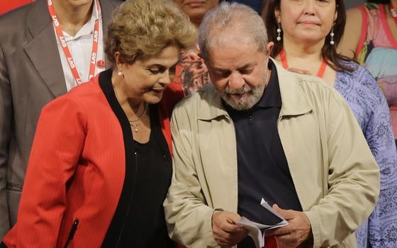 A presidente Dilma Rousseff e o ex-presidente Lula em evento do PT. Ele promete dar uma trégua ao governo dela (Foto: )
