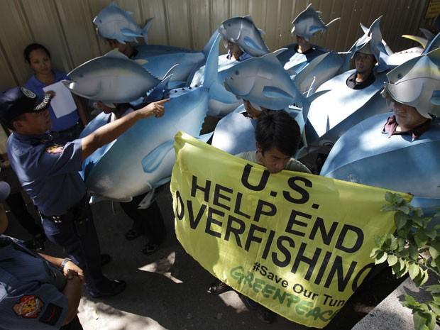 Manifestantes vestidos de peixe realizaram protesto em frente à embaixada dos EUA em Manila, nas Filipinas (Foto: Aaron Favila/AP)