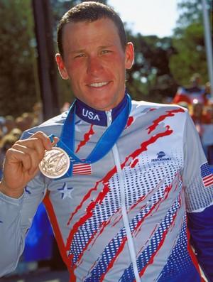 Lance Armstrong exibe a medalha de bronze conquistada em Sydney 2000 (Foto: Getty Images)