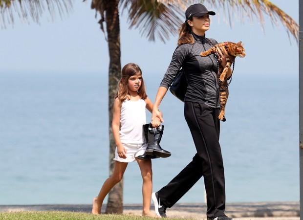 Grazi Massafera e Sofia brincam com gato em praia (Foto: Agnews)