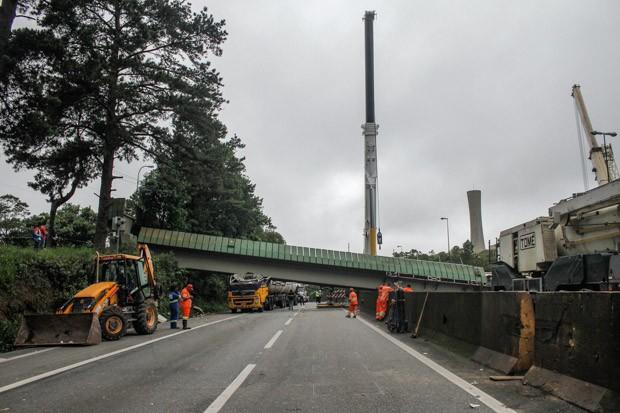 Passarela atingida por caminhão na Rodovia Anchieta (Foto: Marivaldo Oliveira/Futura Press/Estadão Conteúdo)