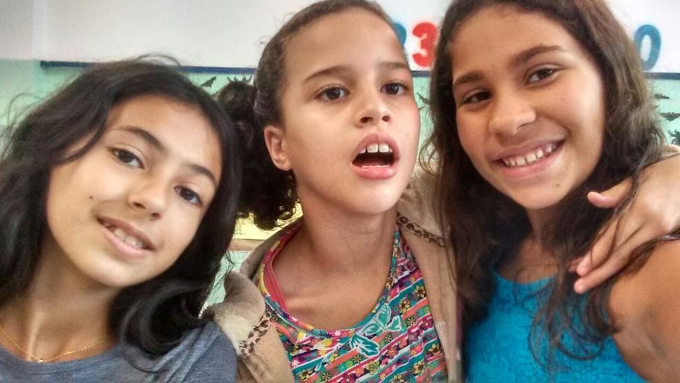 Yasmin (centro) é autista e estuda com Mariana (esquerda) e Laura (direita) na EMEF Cel. Luiz Tenório de Brito. (Foto: Arquivo pessoal)