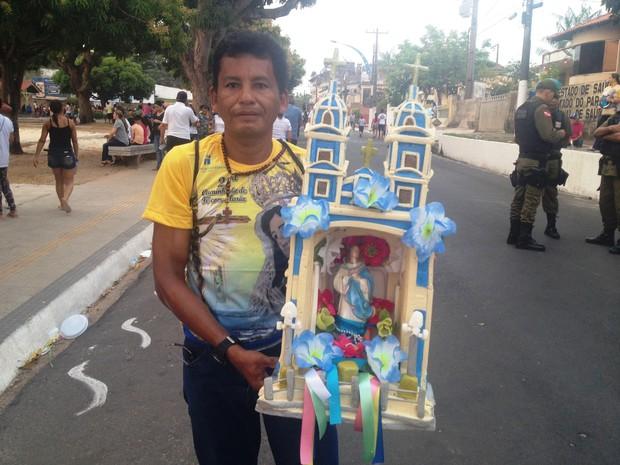 Adelson dos Santos carregou réplica da igreja Matriz com imagem de Nossa Senhora (Foto: Kedma Araújo/G1)
