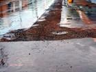 Construtora instala esgoto e não refaz asfalto, reclama morador