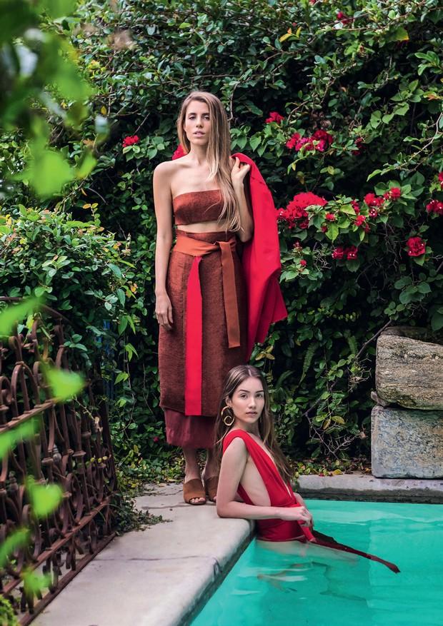 Em pé, a estilista Marcella Franklin usa top (R$ 320) e saia (R$ 549) de sua marca, a Haight. Maiô (R$ 399) e faixa (R$ 149).  (Foto: Divulgação)