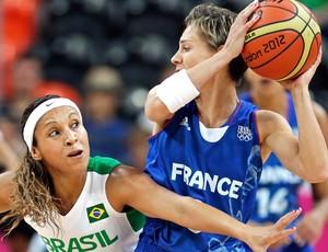Adriana Pinto e Celine Dumerc, Brasil x França, Basquete (Foto: Agência AP)