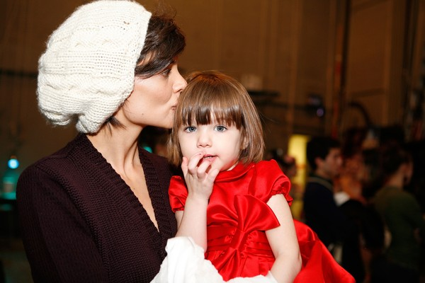 Katie Holmes com a filha Surie Cruise  (Foto: Getty Images)
