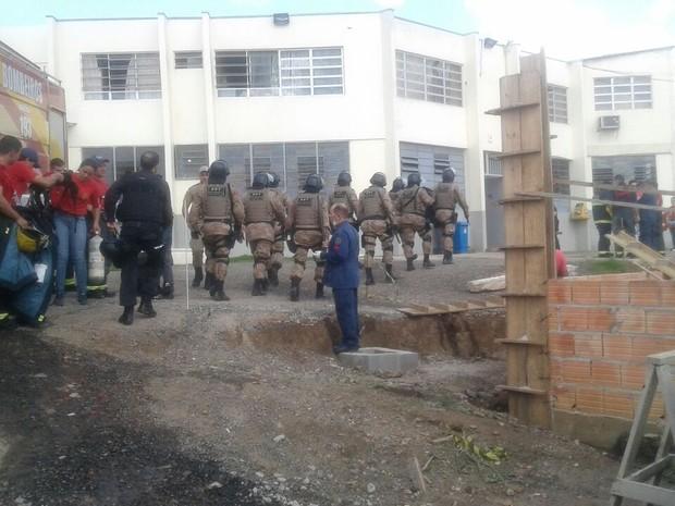 Policiais entram no Presídio Regional de Lages durante motim (Foto: Eduarda Demeneck/RBS TV)
