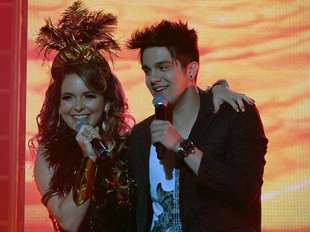 Antes de soltar a voz, Chay faz pose com o ídolo sertanejo (Foto: Cheias de Charme / TV Globo)