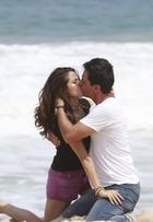 Nanda Costa e Rodrigo Lombardi gravam cena de beijo em praia