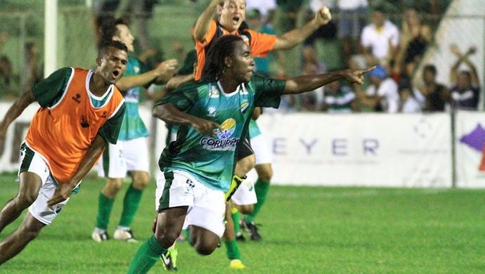 Jailton comemora o gol da vitória do Coruripe sobre o CRB (Foto: Ailton Cruz/ Gazeta de Alagoas)