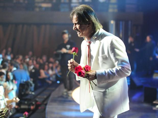 Roberto Carlos termina o show entregando suas tradicionais rosas (Foto: Estevam Avellar/TV Globo)