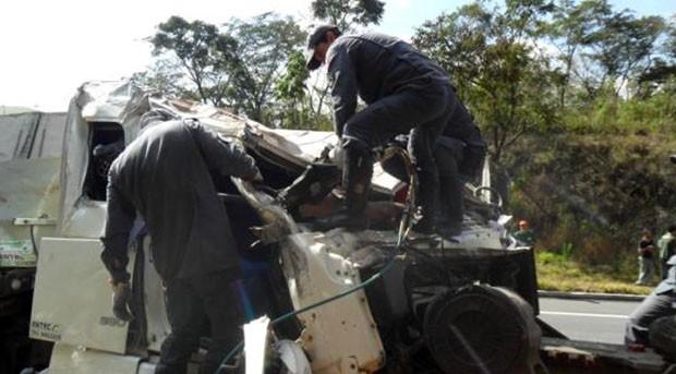 Acidente deixa motorista em estado greve em Cruzilia. (Foto: Corpo de Bombeiros)