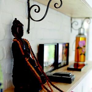 Trazido da Índia, o pesado Buda de madeira teve de ser despachado de navio. Hoje, ele fica na entrada da casa (Foto: Victor Affaro)