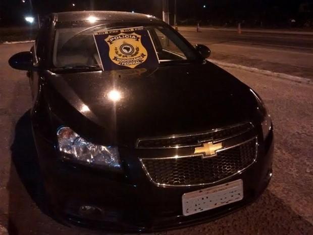 Veículo apreendido pela PRF na Paraíba era roubado e documento clonava outro veículo que estava com o dono (Foto: Nucom/PRF-PB)
