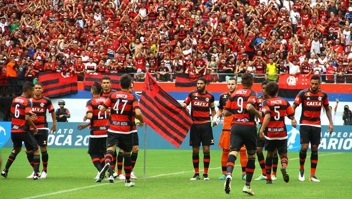 Wallace bandeira Flamengo Vasco (Foto: Edmar Barros / Agência Estado)