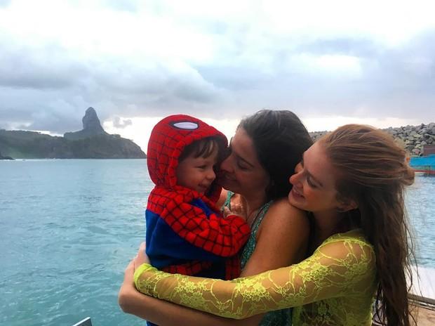 Luma Costa com o filho e Marina Ruy Barbosa (Foto: Reprodução/Instagram)