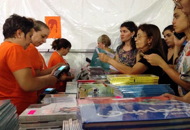 Clientes aproveitaram a Festa do Livro da USP para comprar os últimos livros da Cosac Naify pela metade do preço (Foto: Ana Carolina Moreno/G1)