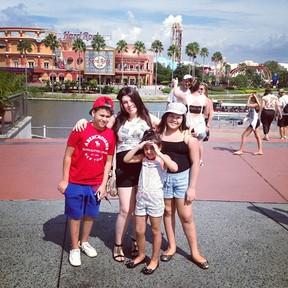 Grávida, Simony posa com os filhos Ryan, Aysha e Pyetra em Orlando, nos Estados Unidos (Foto: Instagram/ Reprodução)