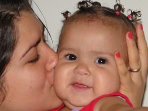 Soraya, que nasceu por meio de barriga de aluguel, com a mãe Jordana Maria (Foto: Arquivo pessoal)