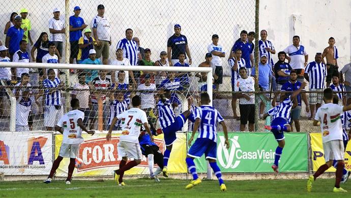 Rafael Granja cabeceou e deixou tudo igual (Foto: Ailton Cruz/Gazeta de Alagoas)