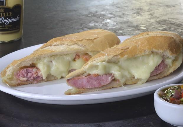 Vira Lata é o sanduíche com lingüiça, mussarela de búfala e vinagrete, no pão cacetinho, do Vaca Véia (Foto: Divulgação)