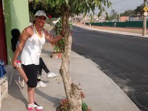 Ana utiliza a pista para fazer caminhada na altura da Vila Pomar. (Foto: Carolina Paes / G1)