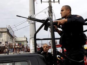 Policiais do Bope realizam operação na Favela Nova Holanda, no Complexo da Maré (Foto: Bruno Gonzalez/Extra/Agência O Globo)
