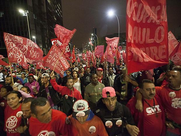 Manifestantes chegam à Avenida Paulista em passeata levando bandeiras vermelhas em defesa da democracia e contra a ameaça de golpe militar, em São Paulo (Foto: Mario Ângelo/Sigmapress/Estadão Conteúdo)