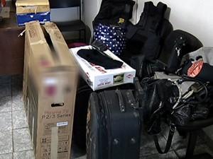 PM aprendeu vários objetos com os suspeitos (Foto: Reprodução/TV Integração)