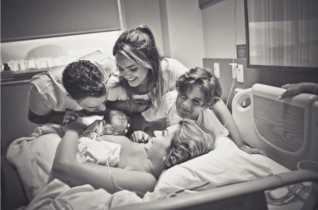 Kelly Key segura seu terceiro filho (Foto: Amanda Vargas/Divulgação)